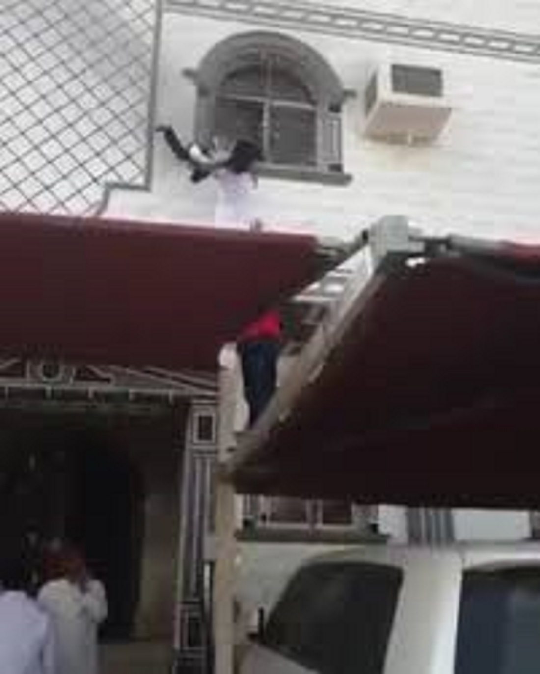 Saudi youths rescue panicking kids stuck in house fire